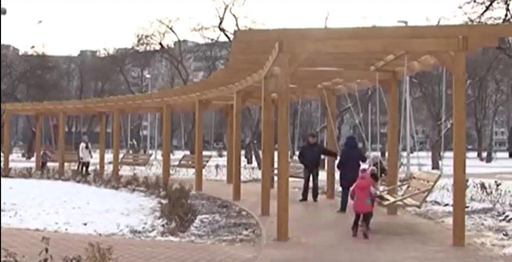 Самые большие качели установили на Автозаводе (видео)