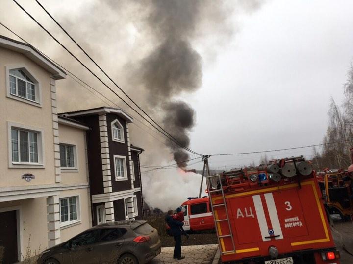 Дом сгорел в элитном поселке Нижнего Новгорода