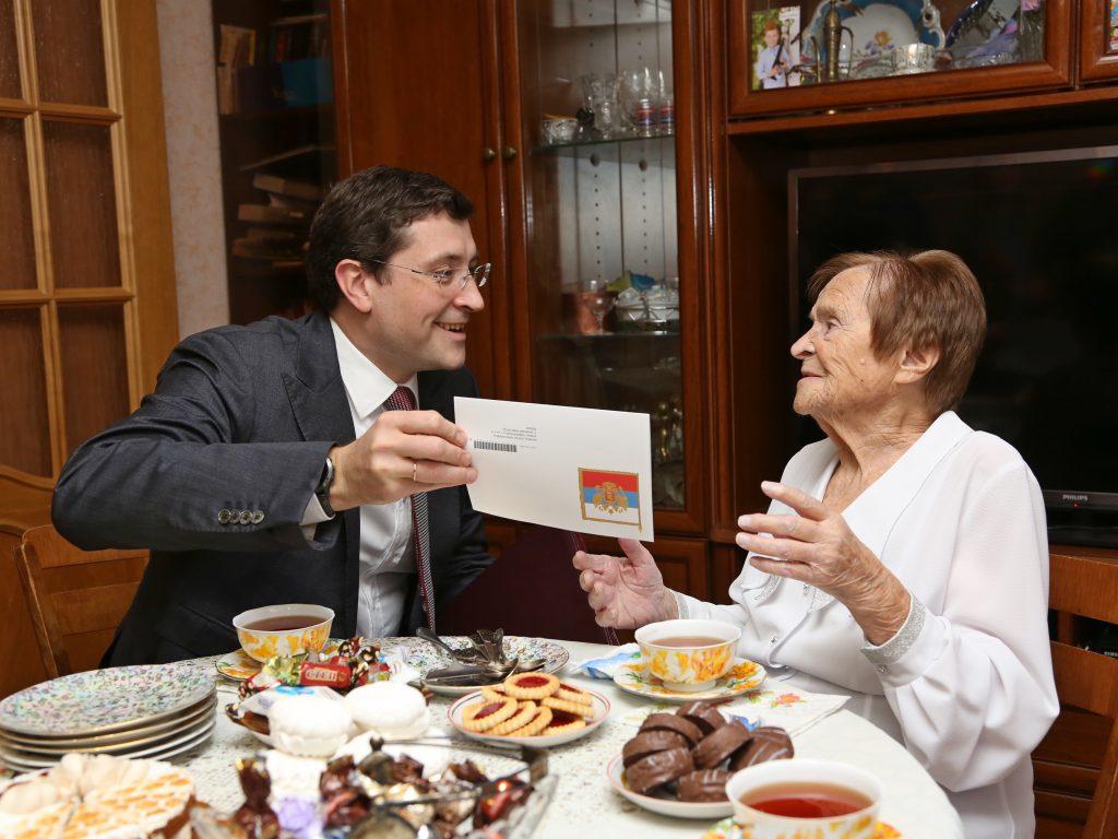 Алые розы от Глеба Никитина: врио губернатора поздравил столетнюю юбиляршу