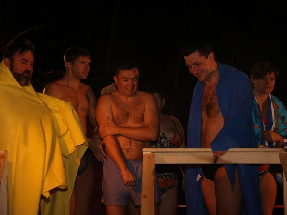 Глеб Никитин окунулся в ледяную воду в Крещенскую ночь (фото)