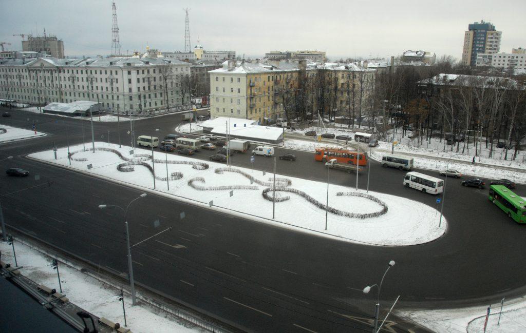 Автобус столкнулся с легковушкой на площади Лядова