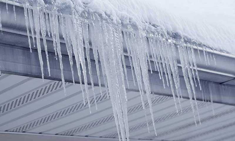 Огромная ледяная глыба упала на девушку в Дзержинске