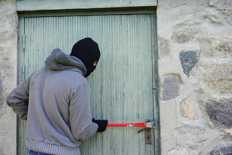 Полицейские задержали расхитителей имущества из домов в Нижегородской области