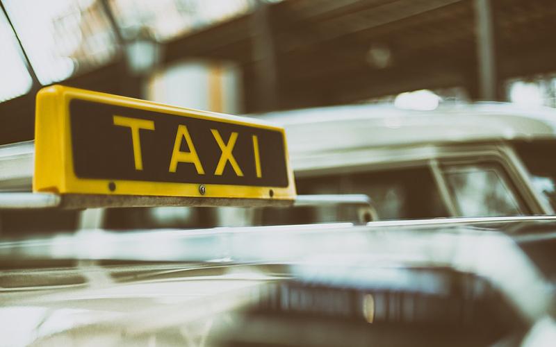 «Чудеса», чаевые и Дед Мороз за рулем: таксисты рассказали о работе в новогоднюю ночь
