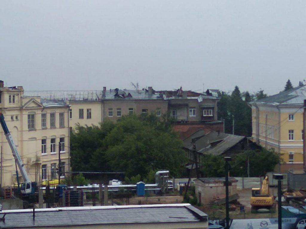 Апокалипсис сегодня. Жуткий ураган снес крыши домов и повалил сотни деревьев в Нижнем Новгороде