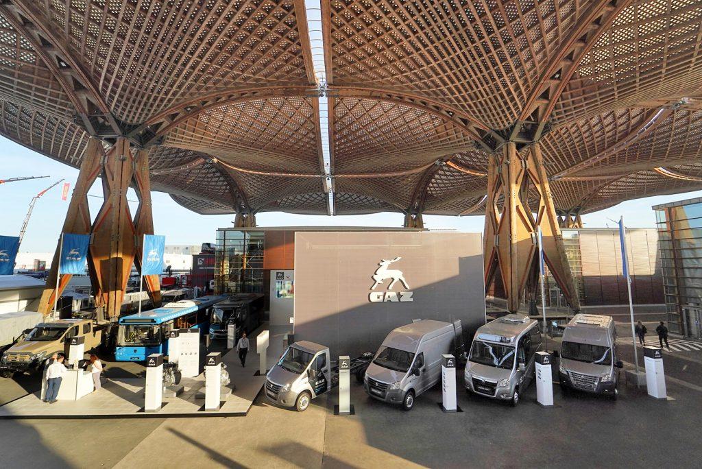 Электромобиль марки ГАЗ привлек внимание посетителей на выставке в Ганновере