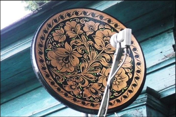 Пенсионер из Иваново расписывает спутниковые тарелки под хохлому
