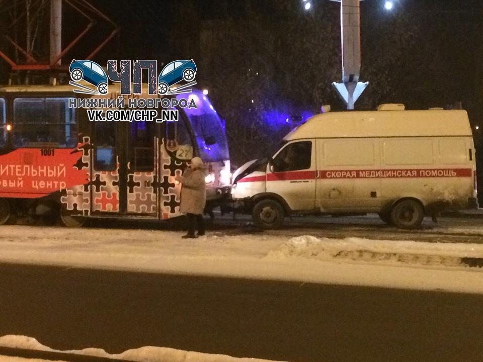 Скорая помощь не поделила дорогу с трамваем в Нижнем Новгороде