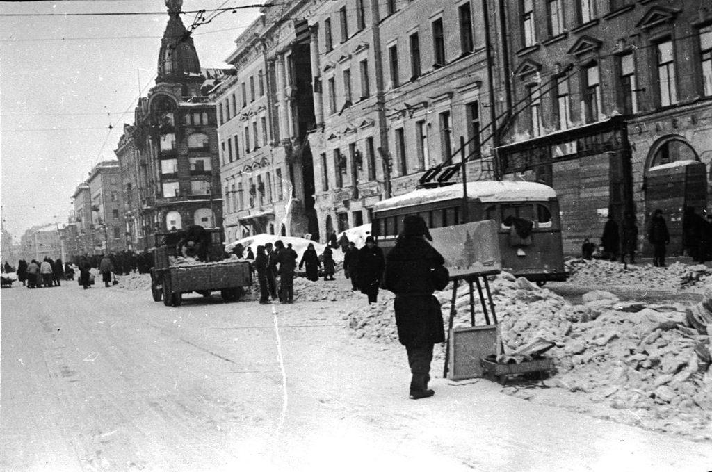 Художник, пишущий этюд на Невском проспекте зимой в блокадном Ленинграде.