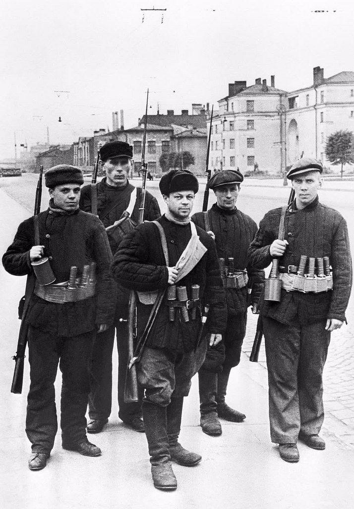 1941. Бойцы рабочего отряда Кировского завода патрулируют свой участок