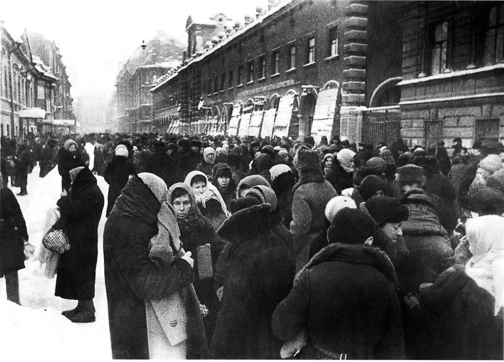 1941 — 1942, зима. Толкучка у Кузнечного рынка в блокадном Ленинграде