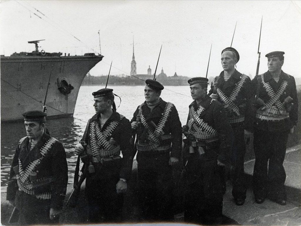 1942. Группа матросов на Дворцовой набережной