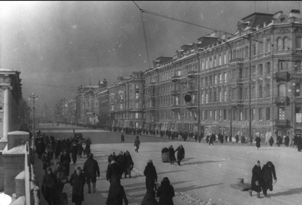 1942. Ленинград в дни блокады. Проспект 25-го Октября (Невский). Вид с Аничкова моста. Февраль