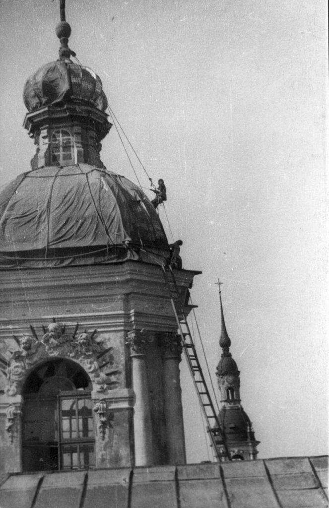1942. Маскировка главного купола Никольского собора. Подъем на главку. Июль