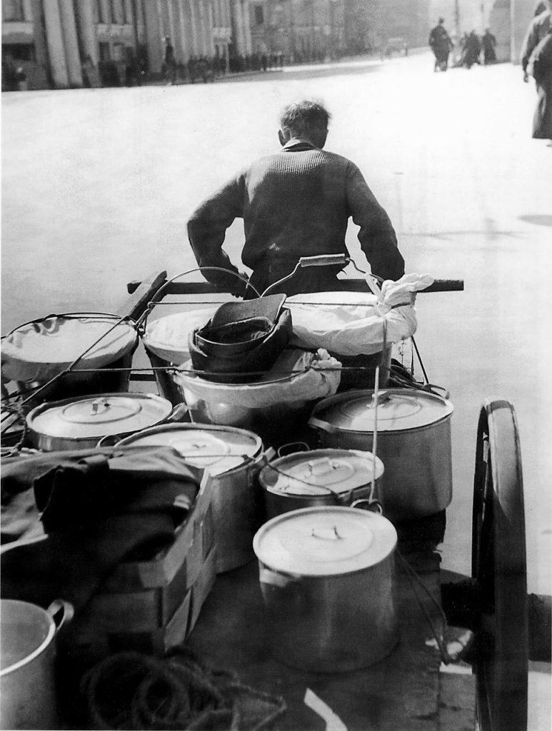 1942, май. Доставка обеда служащим одного из ленинградских предприятий
