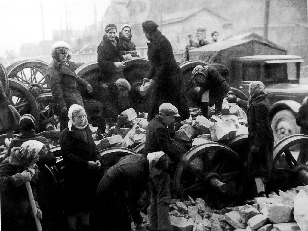 1941, 24 сентября. Ленинградцы на строительстве баррикады у Кировского завода