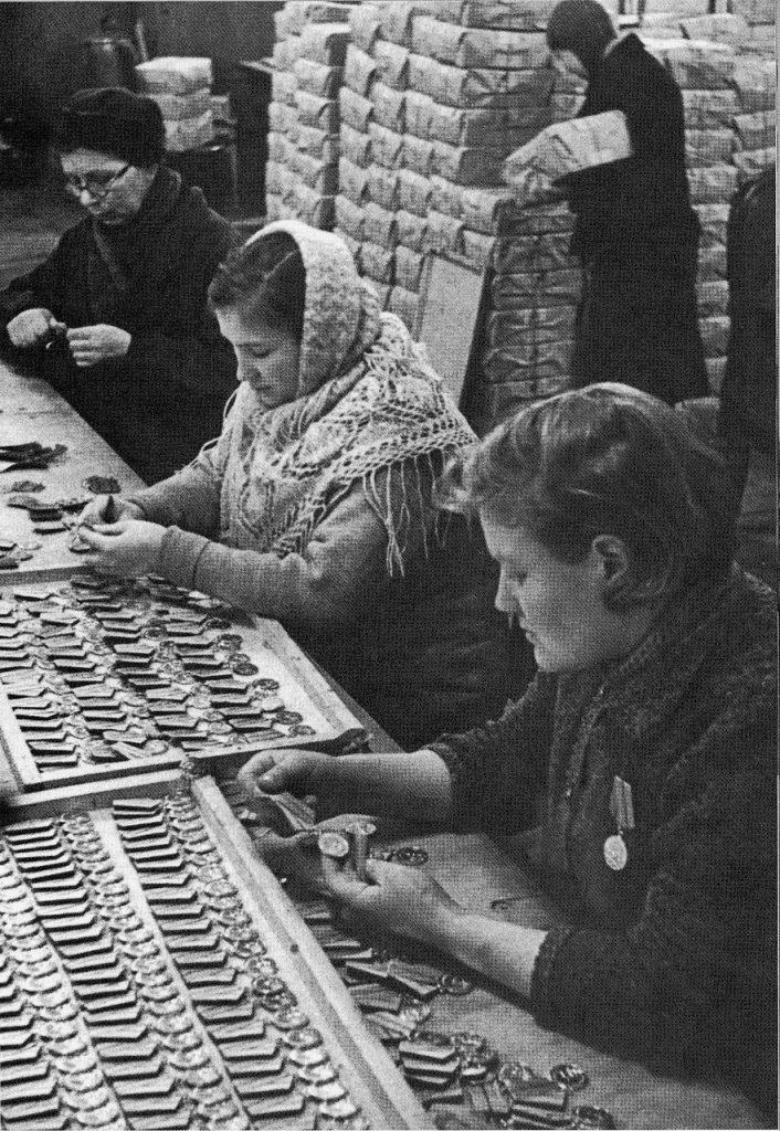1943, январь. Изготовление медалей «За оборону Ленинграда» на ленинградском монетном дворе