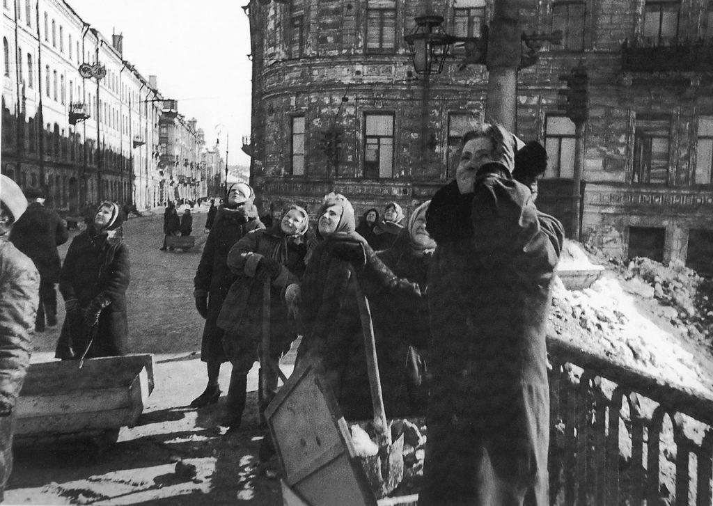 1943, весна. Женщины, занятые уборкой ленинградских улиц, наблюдают за воздушным боем над городом