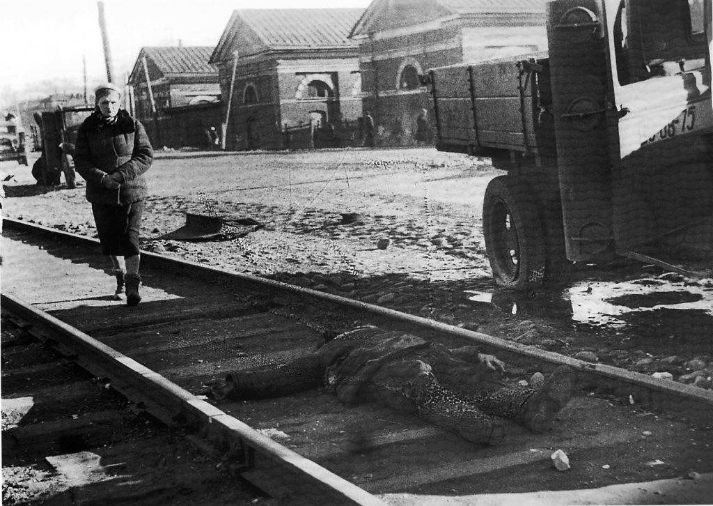 1943, апрель. Убитый осколком снаряда ленинградец в районе Мукомольного завода
