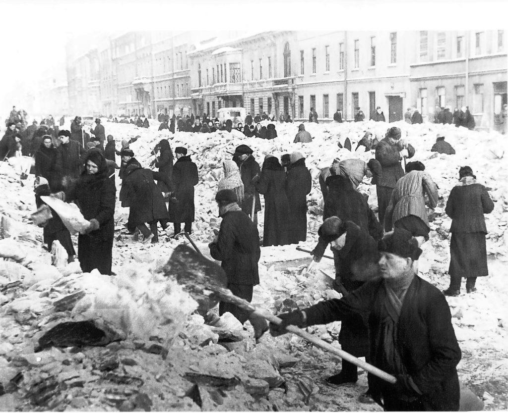 1943, 8 мая. Ленинградцы работают на воскреснике по очистке города на проспекте Володарского