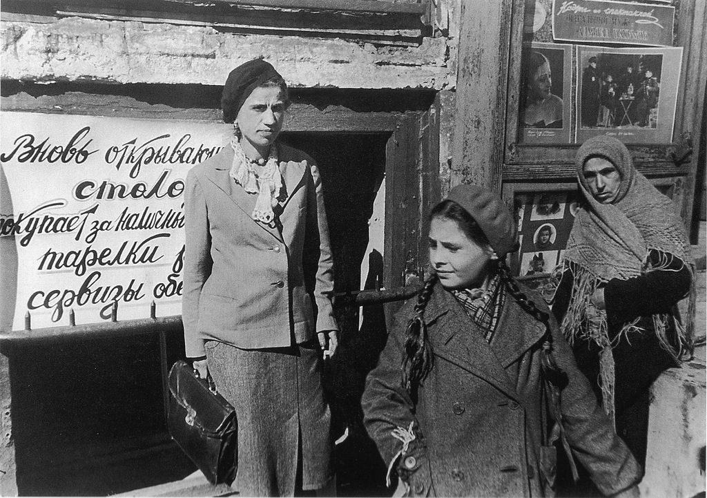 Прохожие у новой столовой в блокадном Ленинграде. Июнь 1942 г.