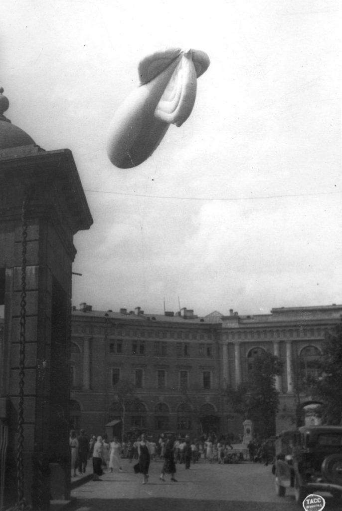 1941. Подготовка к подъему и подъем аэростата заграждения на Чернышевой площади (площади Ломоносова). Июль