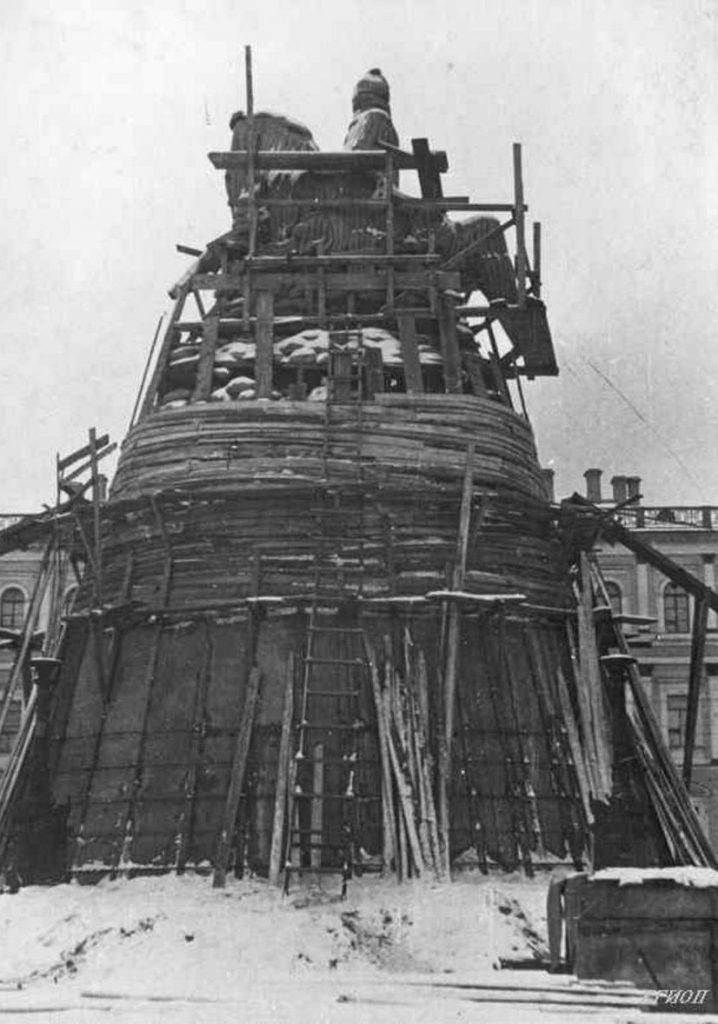 1941. Укрытие памятника Николаю I на Исаакиевской площади