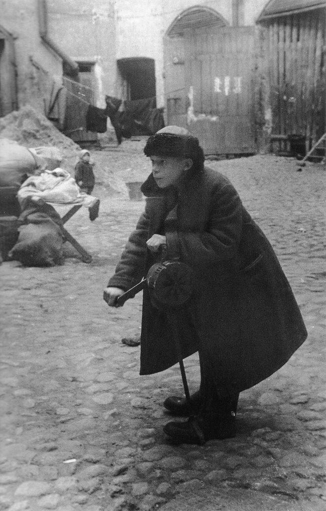 Ленинградский школьник Андрей Новиков дает сигнал воздушной тревоги. 10.09.1941 г.