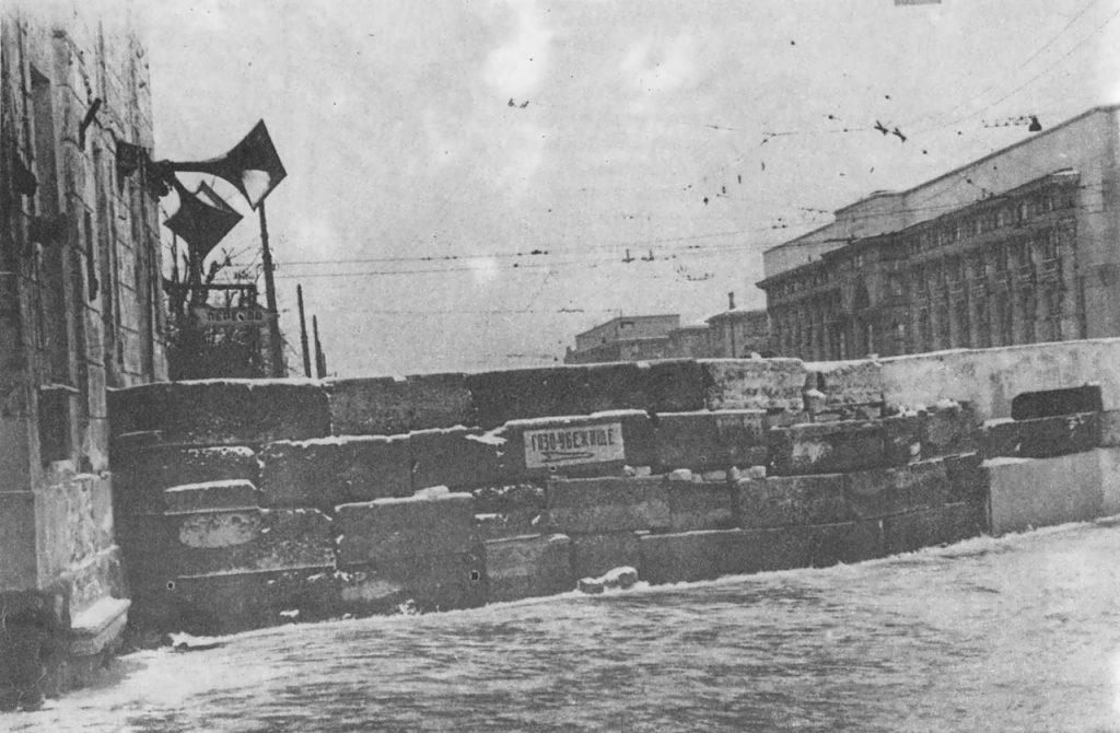 1941. Баррикады в блокадном Ленинграде на Международном проспекте у трамвайного парка