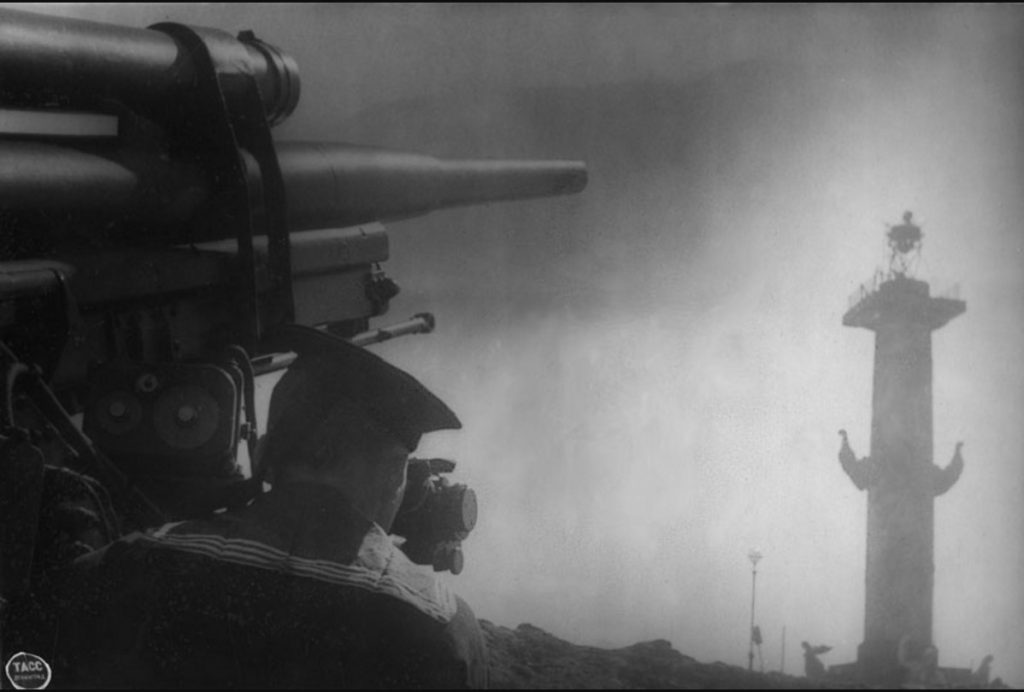 1942. Зенитная батарея старшего лейтенанта Ибатулина на берегу Невы. Июнь