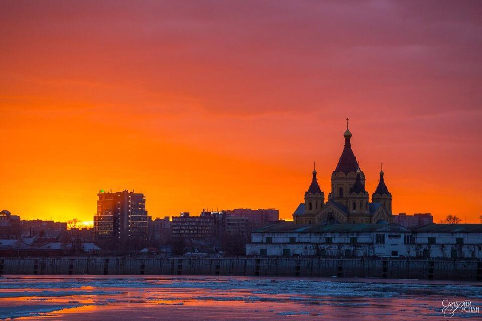 Багровый закат над собором Александра Невского