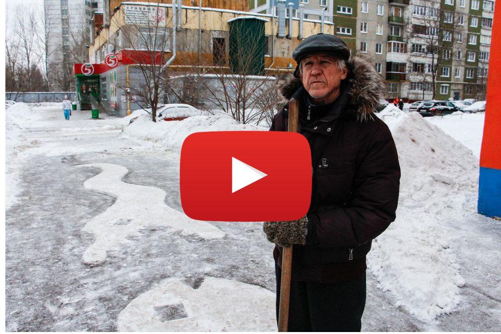 Автозаводский дворник создал на асфальте снежные рисунки