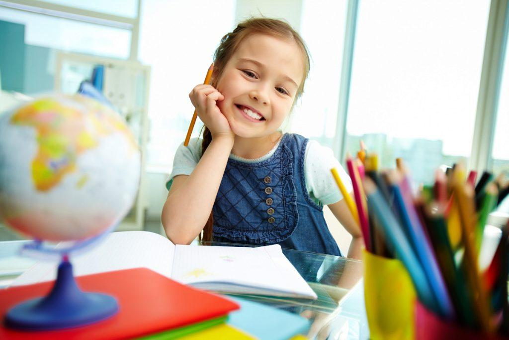Почтовые открытки, авторские марки и радиоэфир ждут победителя конкурса детских рисунков «Школа, я скучаю!»
