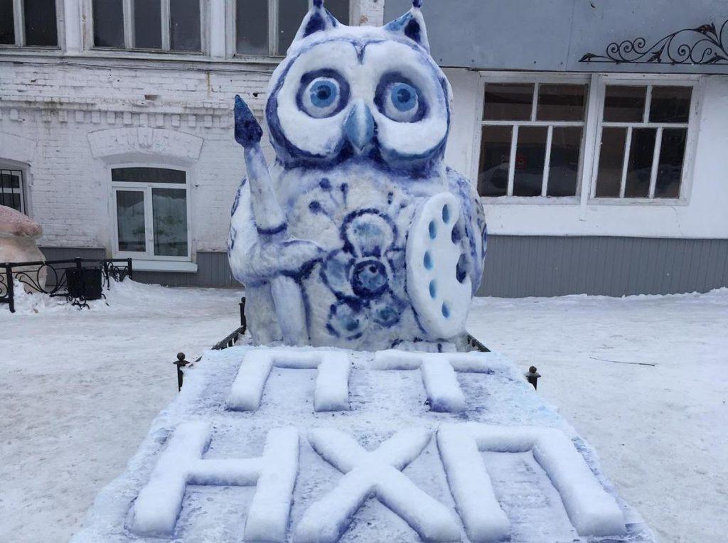 Павловские студенты создали снежные фигуры в стиле гжели