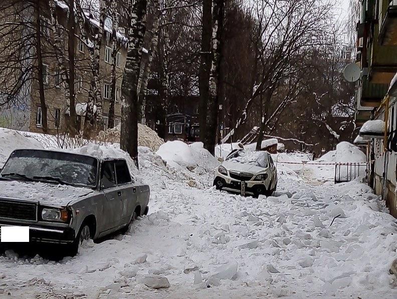 Упавшие с крыши глыбы льда помяли автомобили во дворе в Нижнем Новгороде (ФОТО)