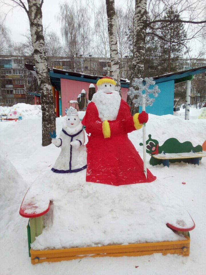 Воспитанникам автозаводского детского сада № 108 украсили площадку снежными фигурами, обернутыми в цветные салфетки