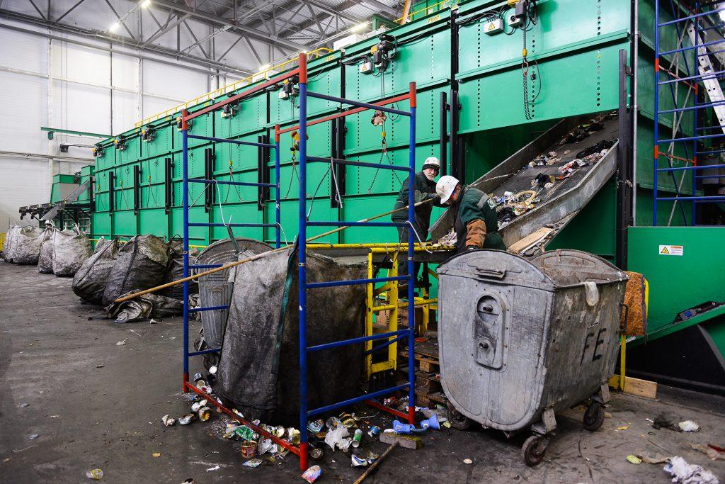 Фоторепортаж: как проходит день водителя мусоровоза