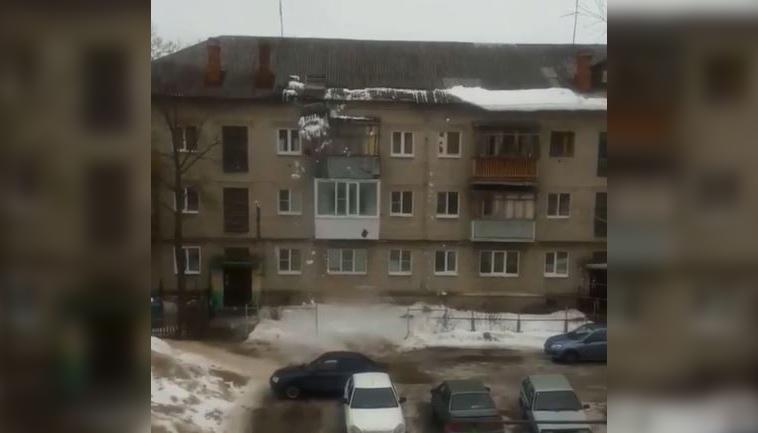 В Дзержинске снег упал с крыши вместе с кровлей дома (ВИДЕО)