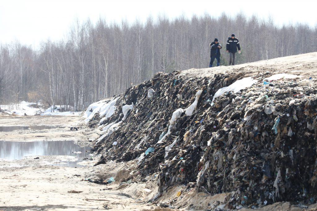 «Нас розовым дождем и мутантами уже не удивишь!» Эксперты рассказали, почему в Дзержинске синие реки и фиолетовый снег