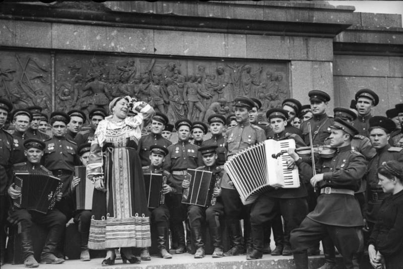 Военные песни у Кремля. Известные исполнители приглашают на народный концерт