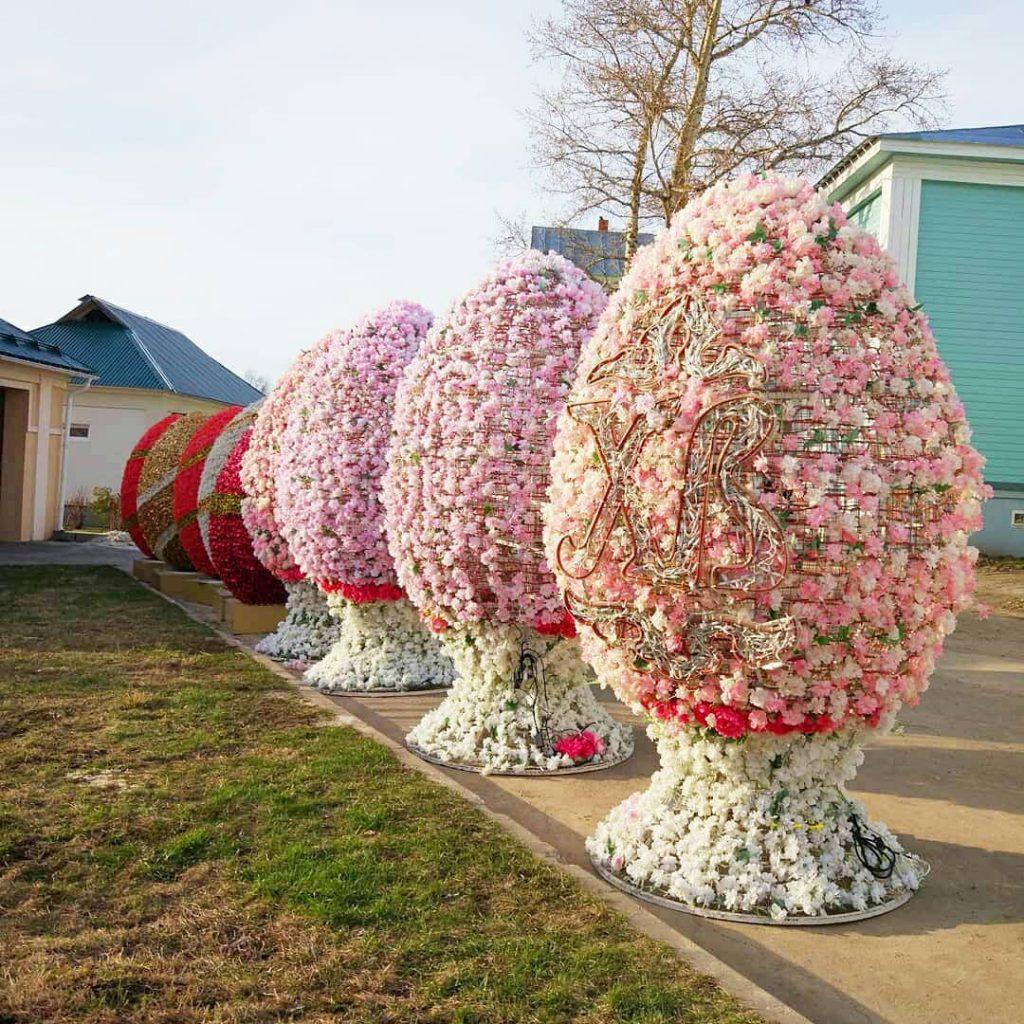 Цветочные инсталляции в виде яиц подготовили в Дивееве