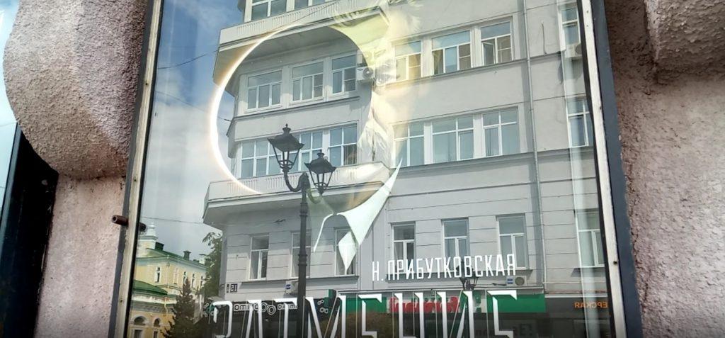 Герои спектакля театра «Комедiя» ожили на афишах на Большой Покровской (ВИДЕО)