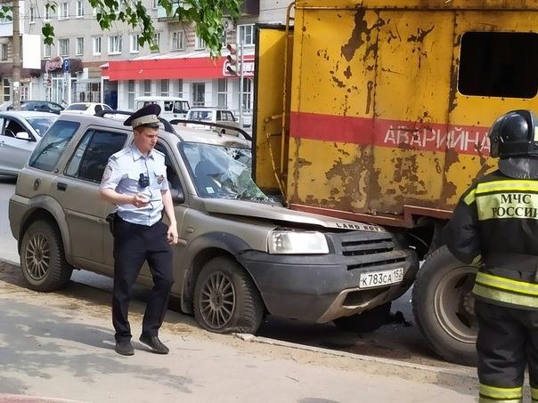 Элитная иномарка попала в ДТП из-за спущенного колеса в Дзержинске