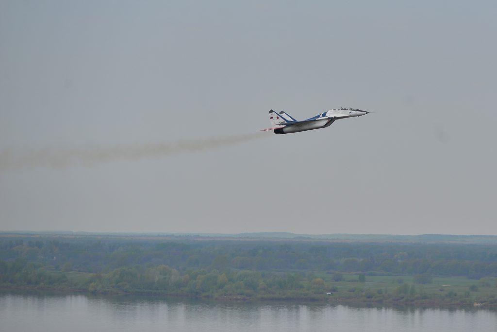 Фото дня. Истребитель показал нижегородцам фигуры высшего пилотажа над Волгой
