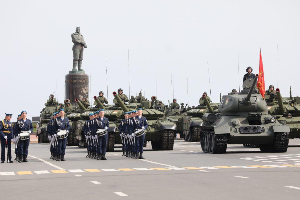 Шагом марш! 10 ярких фото с генеральной репетиции военного парада в Нижнем Новгороде