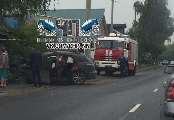 Элитная иномарка врезалась в дерево в Сормовском районе: пострадал мужчина (ФОТО)
