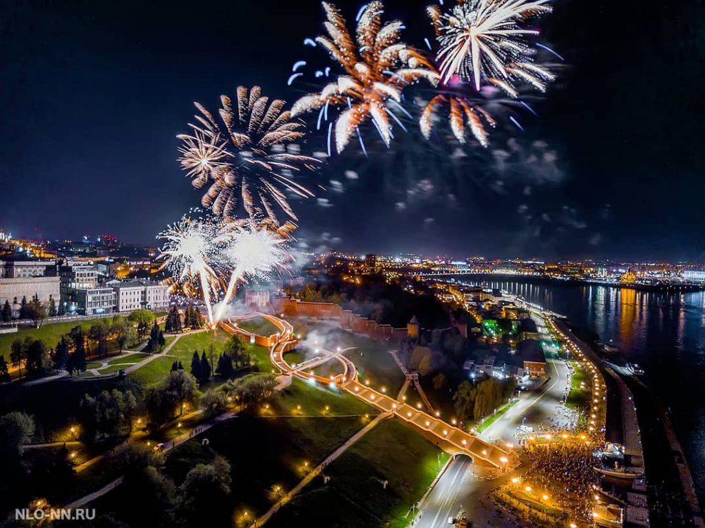 «Город тысячи огней». Нижегородцы поделились кадрами праздничного салюта в День Победы