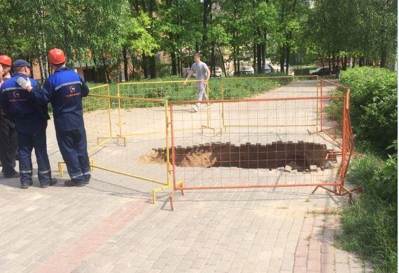 Следователи проверяют причины обвала брусчатки на Рокоссовского, где пострадала пенсионерка