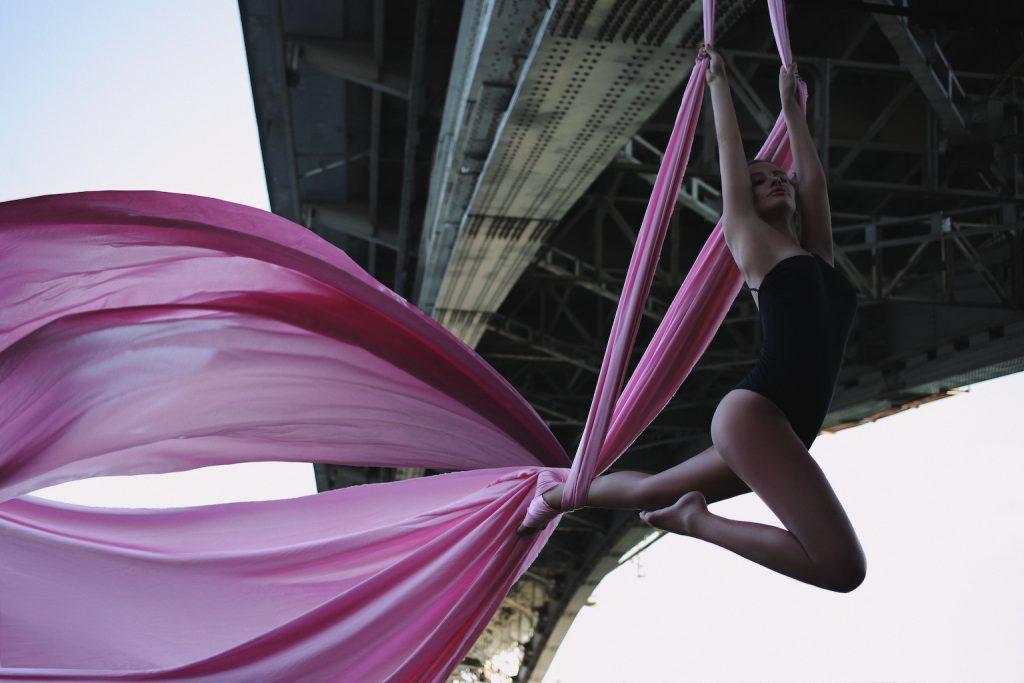 Снимок парящей под Канавинским мостом девушки сделал известный нижегородский фотограф