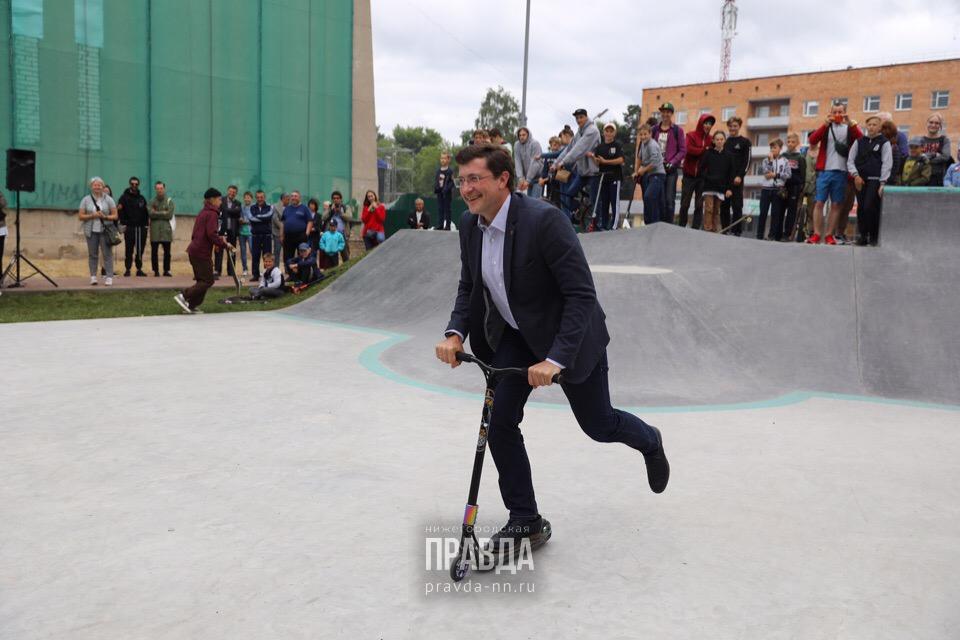 Глеб Никитин прокатился на самокате и скейте на фестивале «Арт-Овраг»